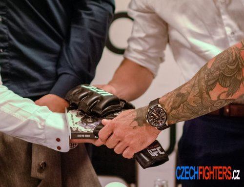 Výjimečná chvíle. Knížku ŽIVOT V KLECI poslaly do světa vítězné rukavice z UFC…..